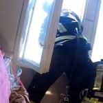 飛び降り自殺者を階下の窓から身を乗り出してキャッチする消防士がスゴイ!