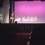 バレエの発表会のリハーサル中、緊張して泣き出した娘の手をとって一緒に踊る優しいパパ
