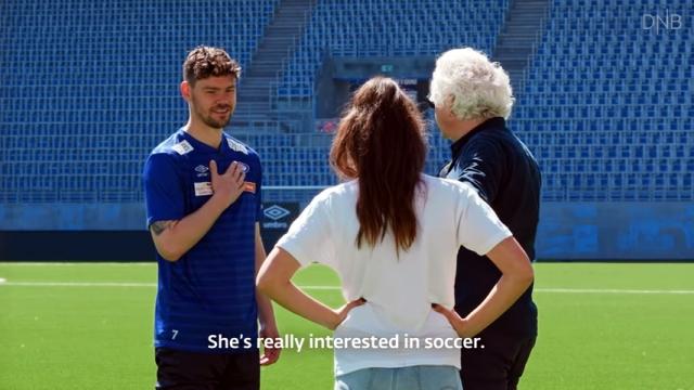プロのサッカー選手を手玉に取る女性アシスタントのトリックプレーがスゴイ!