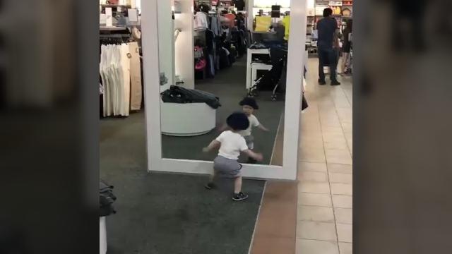 鏡に映る自分の姿を見たときの小さな男の子の反応が可愛い!