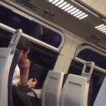 電車の中でサッカーを視聴する男性・・・応援の仕方が実に紳士的だと話題に