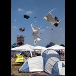 突如発生したつむじ風で野外フェス会場が異様な光景に・・・(ドイツ)
