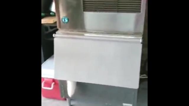 冷凍庫の扉からはみ出したモコモコの白い物体・・・その正体は?