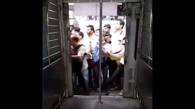 お国が変われば事情も変わる・・・命懸けの通勤風景が恐ろしい(インド)