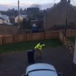 厳しく冷え込んだ朝、ゴミ出しする男性のシュールな光景