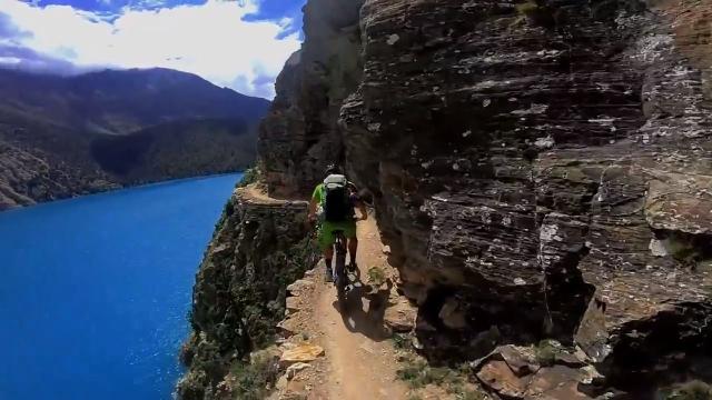 断崖絶壁になった山腹の細い道を走るサイクリングロードが半端なく恐ろしい