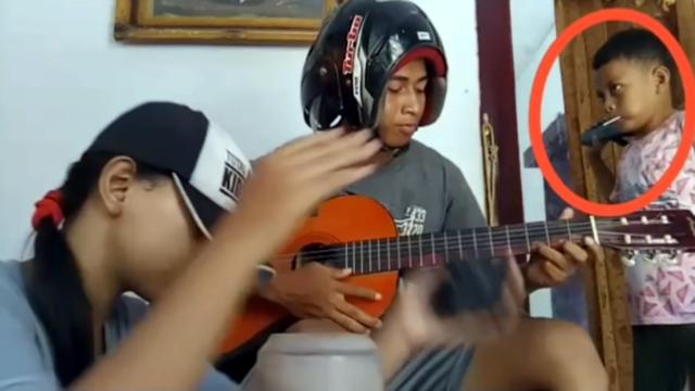 演奏をはじめた3人兄弟・・・お兄ちゃんはギター、お姉ちゃんはパーカッション、そして弟の役割は?・・・