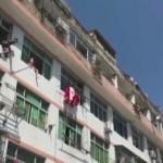 自殺を図ろうとする女性を阻止する消防隊員の救出方法が強引すぎる(中国)