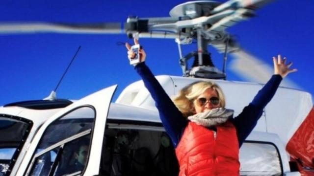 ヘリコプターから降りる女性観光客の信じられない行動にびびるパイロット