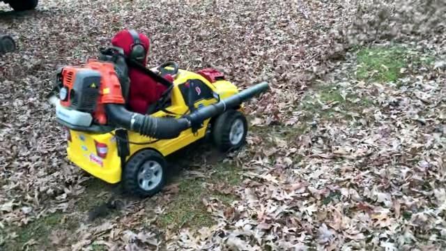 落ち葉を吹き飛ばして走るリーフブロワーを装着した子供用自動車が楽しそう♪