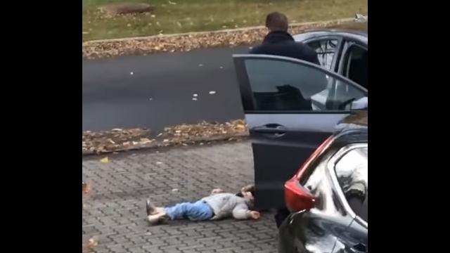「歩きたくない!」と地面に寝転がる娘に対するパパの対応がおもしろい