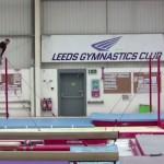 鉄棒から5.87m離れた別の鉄棒へ飛び移る体操選手がスゴイ!
