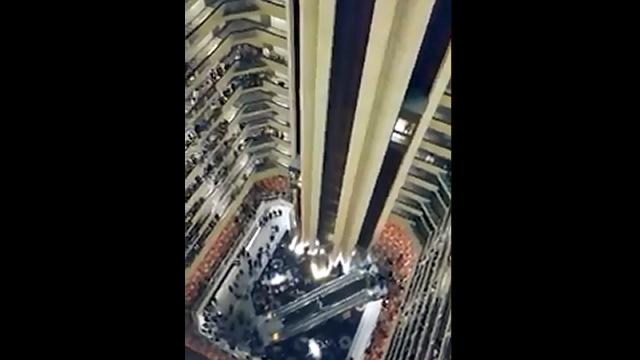 ホテルの吹き抜けで行われる合唱団による国歌斉唱が鳥肌が立つほどスゴイ!