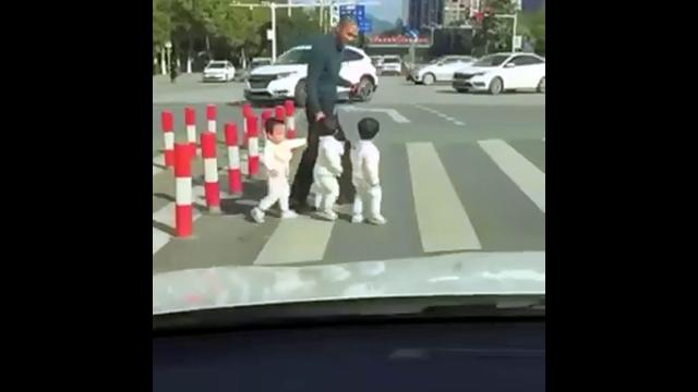 三つ子を育てるのがどれだけ大変かが分かる動画・・・パパさんガンバって!?