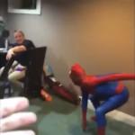 友人に手伝ってもらいスパイダーマンスーツを着用する男性にまさかのトラブルが・・・