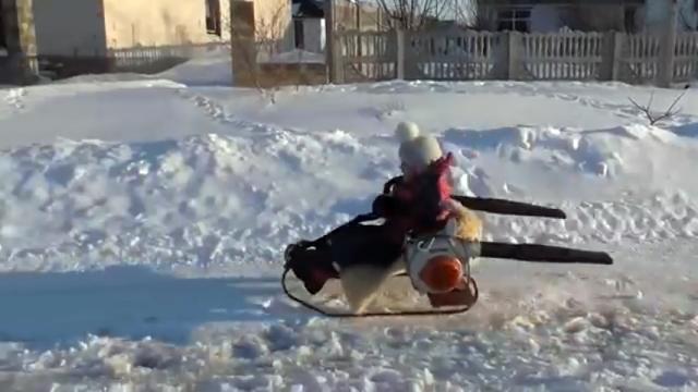 リーフブロワーを推進力にして爆走するパワフルな雪ゾリがスゴイ!