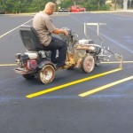 寸分の狂いもなく、下書きに合わせて駐車場のライン引きをする職人技が素晴らしい
