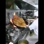 巨大な中華鍋で60人前の炒め物を作る中華料理人がスゴイ