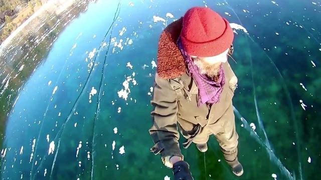 凍りついたバイカル湖・・・・・・信じられないほど透明な湖は歩くのが怖くなるほど