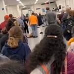空港のセキュリティを通過することを拒否・・・駄々をこねる犬が可愛い