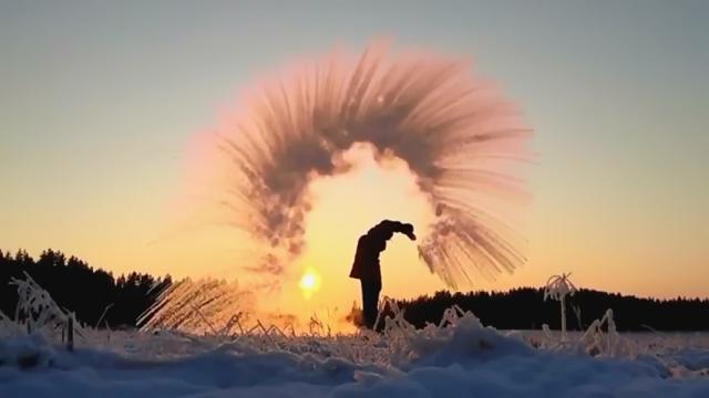 大寒波のアメリカで熱湯を空中で凍らせるチャレンジが流行
