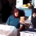 次から次へと流れてくる商品を手際よく箱詰めしていく2人の女性がスゴイ