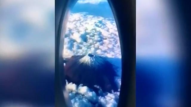 飛行機の窓から撮影された富士山が絶景すぎて嘘みたい