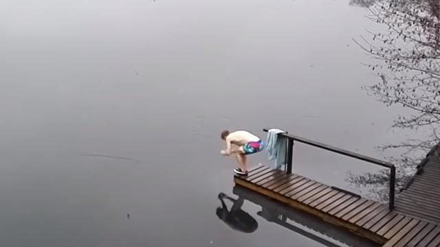 湖に飛び込む男性…と思いきやまさかの展開
