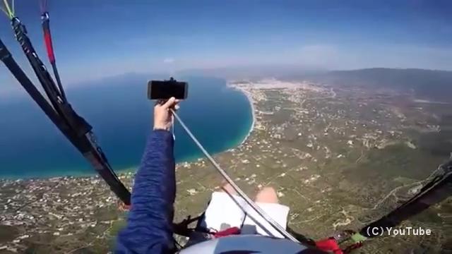 パラグライダーに乗って自撮りをしていた男性に起きた悲劇