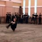もはや人間の動きとは思えないほど超高速ステップで踊るコサックダンサーが凄い