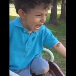 蛙を怖がる息子を助けようとして、更なる息子のパニックを招いてしまったお母さん