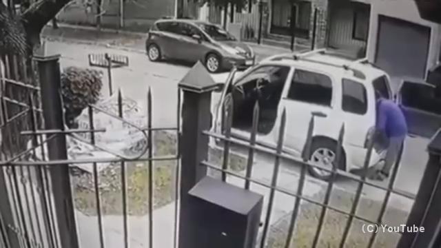 路上強盗を企てた二人組みの強盗犯・・・まさかの事態にあえなく撃沈