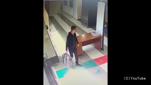 初めての飛行機?|空港の手荷物検査場でやらかしてしまった男性