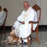 ミサの最中、教会に乱入して自由気ままに振る舞う犬に優しく対応する神父さん