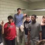 学校の更衣室で突然歌い出した男子生徒たちがカッコよすぎ!