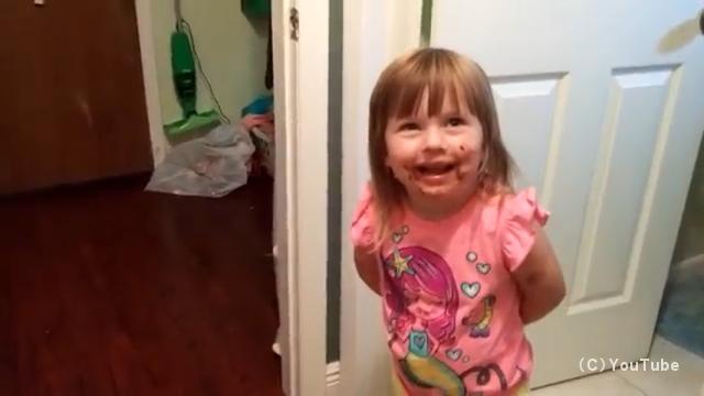 ケーキを食べていないと否定する女の子。顔を見ればバレバレなんだけど・・・