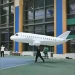 ふんわり浮かんで飛んでいく巨大な紙飛行機がスゴイ!