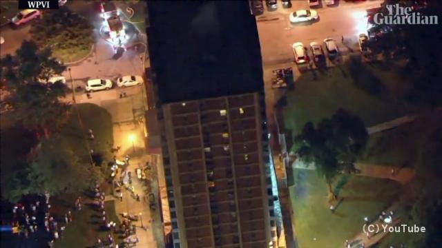 火災が発生した19階建てマンションから壁伝いに降りて脱出する男性がスゴイ!