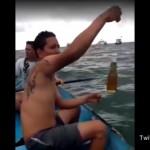 瓶ビールをエサに海で大物を釣り上げる男性www