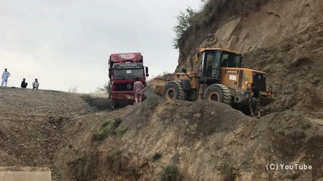 もどかし過ぎる脱輪したダンプトラックの救出作業