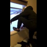 降り積もった雪を目掛けて二階の窓から勢いよく飛び込んだ男性の悲劇
