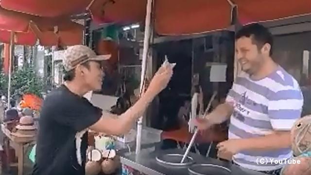 アイスをすぐに渡してくれないトルコのアイス屋さんにリベンジした男性