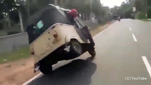 進路を妨害する車。ハンドルを切り損ねてあわや横転かと思いきや、予想外の展開に・・・