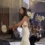 花嫁が投げたウェディングブーケが未婚女性のゲストに渡らず予想外の展開に・・・・・・