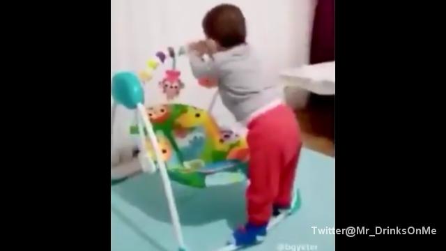 ブランコ式のベビーベッドを見事に使いこなす赤ちゃん