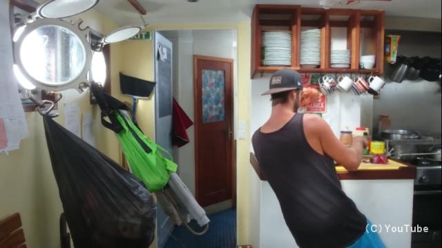 大荒れの海を航海中の船内で料理をすることの大変さがよくわかる動画