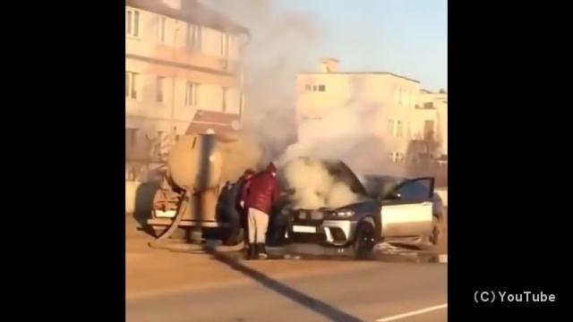 車のエンジンルームから出火!? … たまたま通りがかったバキュームカーに助けを求めた結果