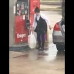 ビニール袋に入れたガソリンを車に積んで運ぼうとする女性が恐ろしい
