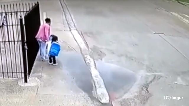 水溜まりを避けようとジャンプした2人の幼児 → 手を繋いでいたお母さんがとんでもないことに…