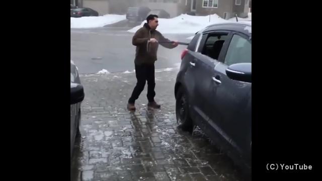 路面凍結にも慣れたもの…陽気なカナダ人の日常の光景